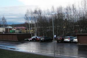 Polisen har fått ta del av den här bilden som visar båda bilarna (tvåa och fyra från vänster) parkerade i väntan på att de skulle användas vid rånet.
