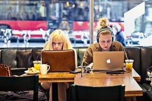 Isabelle Pedersen och Louisa Thorselius pluggar för att bli webbkommunikatörer. Foto: Jezzica Sunmo.