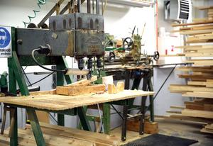 Flera av de gamla maskinerna används fortfarande i tillverkningen där det även finns datastyrda maskiner.