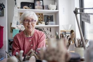 Keramikern Lisa Larson i sin ateljé i Nacka. Hennes skapelser är eftertraktade, inte minst hennes figuriner från Gustavsbergs Porslinsfabrik.