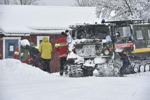 Fjällräddarna i Grövelsjön fick hämta ner en vandrare med hans två hundar sedan mannen inte kunde orientetra sig i snöfallet och den obefintliga sikten. Mannen kunde föras ner till Turiststationen med bandvagn.