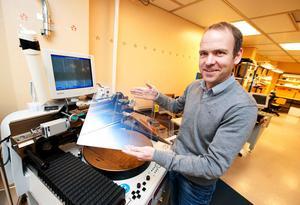 LC-Tecs vd Jesper Osterman har all anledning att se optimistiskt på framtiden. Företagets delårsrapport var bättre än väntat och försäljningen av polarisationsmoduler till den internationella biografmarknadens 3D-projektorer har tagit ordentlig fart.