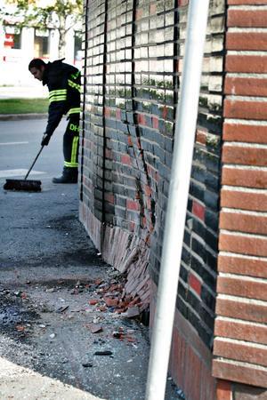 Tegelväggen var intryckt efter olyckan.