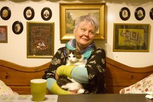 Kicki Stoor med en av sina katter i knäet. En vildkatt som blivit en tamkatt. Annars är det mest hundar hemma hos Kicki. Åtta foxterrier, som hon tidigare ställt ut i Sverige och övriga Norden. Hon har tidigare varit aktiv i styrelsen för Dalarnas kennelklubb, men är i dag bara passiv medlem.