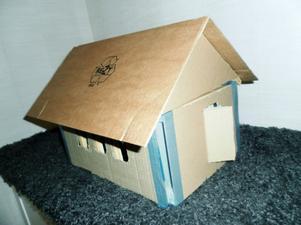 Husen får avlopp av sugrör och belysning inomhus. Trä och wellpapp är några av byggmaterialen som eleverna använder när de gör sina hus.