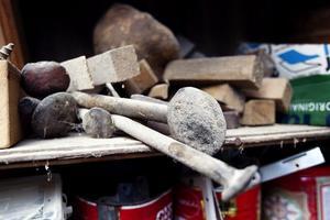 8. På hyllorna i verkstaden finns än i dag föremål som påminner om båtbyggartiden.