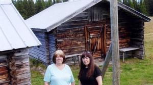 Här är systrarna Sefaniasson på exakt samma ställe – 50 år senare.