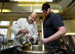 Ordspråket: ju fler kockar desto sämre soppa stämmer inte här. Kurt Weid och Kristian Andreasson hjälps åt att koka en riktigt god soppa.