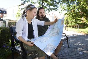 Tove Gulliksson och Thomas Melin ska under augusti åka runt med bil i Sverige för att besöka spännande platser och under tiden bo i bilen.
