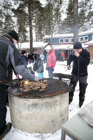 Under sista Öppet hus på skolgården vid Hälsinggårdsskolan grillades det hamburgare till föräldrar och elever.