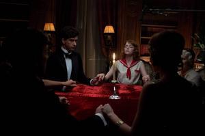 Emma Stone spelar mediet Sophie, som ordnar seanser för rika britter på Rivieran. Colin Firth kallas in för att avslöja bluffen i