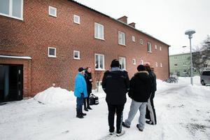 Grannar. Huset på Nyvallsvägen evakuerades på tisdagsmorgonen.