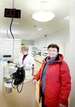 Maria Brodecki fick den allra första kölappen på Apoteket Hermelinen. – Jag blev överraskad, jag trodde invigningen redan hade varit, säger hon, medan hon får hjälp av farmaceut Cristina Reismer.