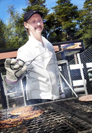 Bosse Andersson hade fullt upp med att hålla koll på hamburgarna som Per Styrman lade på grillen.