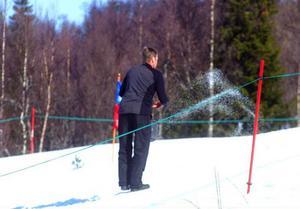 Vid förra skutskjutet i april 2009 var snösmältningen igång och man fick ta till gödsel i banan på solutsatta platser.  Foto: Elisabet Rydell-Janson