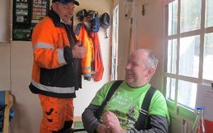 Lars Larsson och Conny Hanspers arbetar på återvinningsstationen i Säter. FOTO: ROLLE ENGVALL
