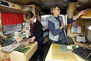 Alice Autio, chaufför, och Margareta Hagman, bibliotekarie, har inte mer än en handfull resor kvar med bokbussen. Den har blivit för dyr för stadsbibliotekets budget och ska nu säljas - helst för att tjänstgöra på samma sätt som nu men hos ett bibliotek som har bättre resurser.