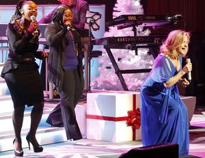 Elisabeth Andreassen kan verkligen sjunga. Under Julkonserten 2011 backades hon och de andra upp av Kingdom Choir.