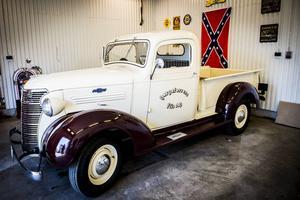 I garaget står en Chevrolet Truck Master från 1938, den har fått företagets logga på lacken.