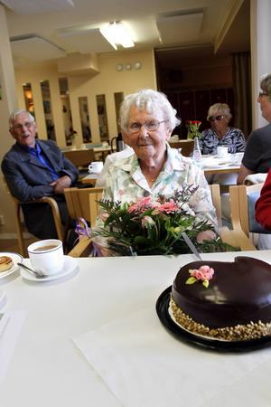 Den 12 augusti uppvaktades Karin Forslund av Svenska kyrkan och de tidigare grannarna på Finstavägen.