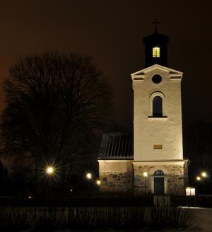 Ståtliga kyrka i kvällsbelysning.