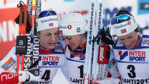Heidi Weng (mitten) kramades om av Astrid Uhrenholdt Jacobsen och Marit Björgen efter målgången på tremilen.
