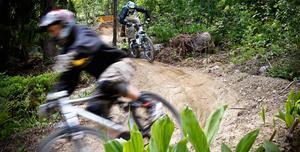 Man kan cykla fort eller sakta i backarna. Här går det fort i slutet av Barbro-backen.
