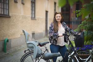 Cykeln är ett bra fortskaffningsmedel för Cicilia. Efter intervjun på teatern väntar ett nytt möte på Vallby.