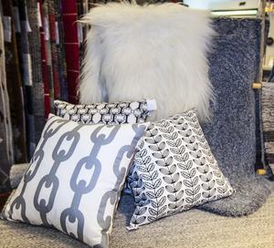 Olika nyanser av grått och i en stor variation av mönster är populärt såväl ute som inne. Häng en vacker pläd eller tjockt fårskinn över stolen för en varm och ombonad känsla som både skapar atmosfär och värmer ryggen en kylig sommarkväll.