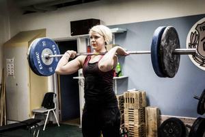 När Paula kvalade till SM nådde hon 140 kilo totalt, 60 kilo i ryck och 80 kilo i stöt.