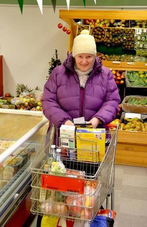 Ingeborg Hedman från Storholmsjö har saknat en affär i Föllinge. Nu är den tillbaka och hon är nöjd med att åter kunna handla i byn.