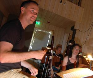 Dirigenten Mattias Böhm tar till luftinstrument för att förstärka kontakten med musikerna.
