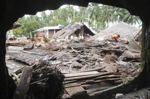 Sirombu village i Nias, Sumatra, Indonesien december, 2004. Skalvet i Indiska oceanen med magnituden 9,1 dödar över 200 000 människor. Foto: DONYA/AP/TT