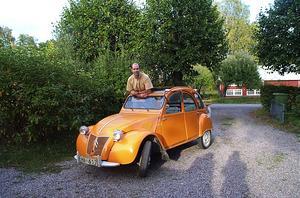 Gamle trotjänaren. Ordföranden i Svenska Citroënklubben, Per Westin, har haft sin pärla sedan 1968. Det är hans första bil och han har kört 60000 mil med den. Per, och många med honom, längtar till den 24-29 juli: Då kommer 2500 bilar från hela världen till Citroën 2CV:s världsmöte på Rommehed. Foto:Westin