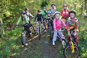 Måndag kvällar klockan 18 cyklar det här gänget ut i Pershytteskogarna tillsammans med föräldrar och ledare.