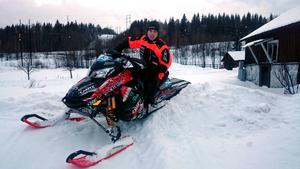 Njurunda MK:s skoterförare Robin Jonsson tog sig vidare i lördagens Arctic Cat Cup i Östersund.