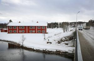 Huset ligger fint mitt i Hede vid Ljusnan. Det får enligt detaljplanen inte användas som permanentboende men miljö- och byggnämnden har sagt ja till att nyttja det som HVB-hem.