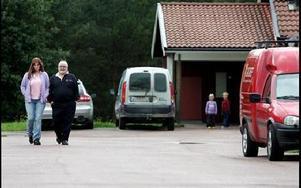 Nytt busliv börjat i Dala-Floda med förstörelse och klotter. Liselott Olsson och Rolf  Steinbach funderar på hur man ska komma till rätta  md problemen.Foto: Tomas Nyberg