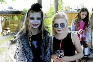 Evangeline Källqvist och Agnes Adolfsson tog en paus från spökhuset för att dricka milkshake. - Några blir så rädda för oss att de börjar gråta, berättar de.