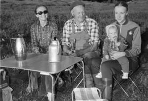 Ort: Bergsjö   Rubrik: Kräftpremiär! Välmatade kräftor i Nordanstigs    vatten.   Bildtext: En bild av familjen Nordborg, fr.v. ses Gunilla Nordborg, Olle Nordborg och Marie med lilla Anna som är med på farfars kräftfiske för första gången.