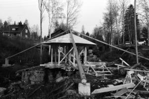 Här byggs en kopia upp i Österström. Året är 1987-88 och den unika snurrande paviljongen lockar turister till Holm.