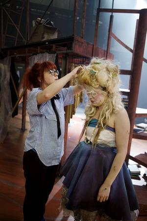 Ibland fixar Jennie även skådisarnas hår och smink.