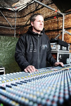 Erik Lycke är en av flera som ser till att ljudet under Rockweekend håller hög klass.
