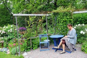 Pergolan i Anette Perssons trädgård är byggd av återvunna fönsterbågar och brädor. Trädgården rymmer över 30 olika sorters pioner, 60 olika rosor och 350 perenner.