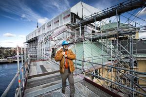 Sverker Gawell, vd för Konserthuset, visar runt på taket som höjs med mer än fem meter.