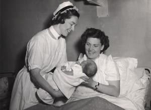 träffas var fjärde timme. Barnen och de nyblivna mödrarna låg på olika salar, och sammanfördes var fjärde timme för amning. Fokus låg på att modern skulle vila och att ingen skulle drabbas av infektion. Anknytning funderade man inte över. Bilden är från 1950.Foto: Scanpix