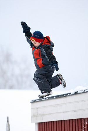 Sonen ville så gärna hoppa ner i den enorma snöhögen från garagetaket.