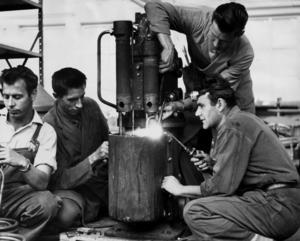 Bra integration. Den som kommer till ett arbete kommer snabbare in i samhället. Bilden visar arbetskraftsinvandrare i Agas verkstäder på Lidingö 1961. Foto: TT/arkivCOPYRIGHT SCANPIX SWEDEN