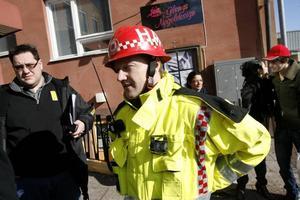 Trafiken spärrades av på både Södra Kungsgatan och Brunnsgatan när räddningstjänsten släckte branden och vädrade ut röken.Håkan Andersson ledde arbetet med att släcka elden.