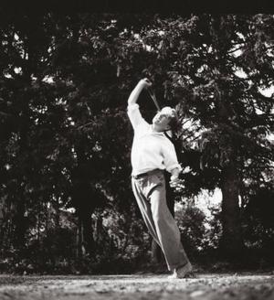 Olof Palme älskade idrott. Han anlade egen tennisbana på familjegodset Ånga i Sörmland, där han arrangerade tävlingar med släkten.   Foto: Privat